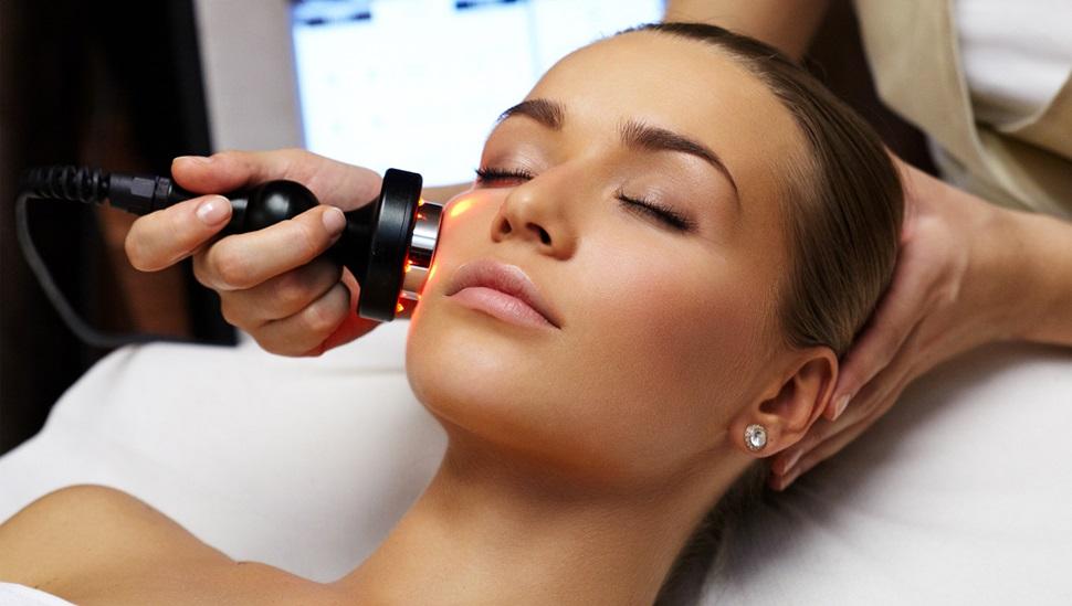 درمان با استفاده از دستگاه لیزر برای افرادی با پوستی با رنگ تیره به چه شکل است؟